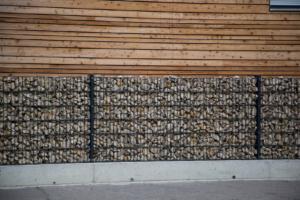 Steinmauer mit Metallzaun bei Eisen-Meyer